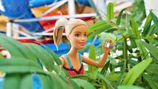Barbie pierde la pulsera en el parque acuático. Vídeos con muñecas. Vídeos para niñas