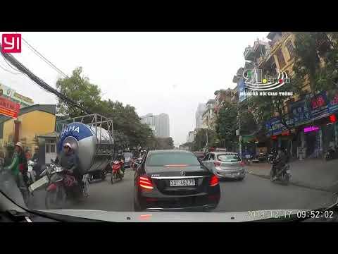 Xe Mercedes Tự Thay Biển Số Khi Đang Chạy Trên Đường.