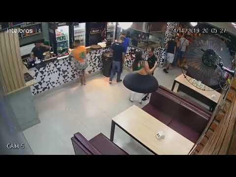 Vídeo mostra mulher sendo agredida por homem em bar por causa de mesa