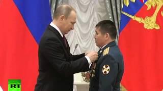 Владимир Путин вручил награду Серику Султангабиеву и поздравил со званием Героя