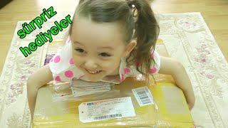 Download Video Sürpriz Hediye Paketleri Surprise Boxes - Emoji Yastıklar Dinazor Yumurtaları Piknik Sepeti MP3 3GP MP4