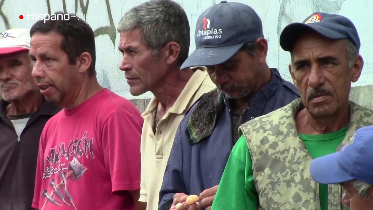 El hambre empuja a venezolanos masivamente hacia comedores populares.