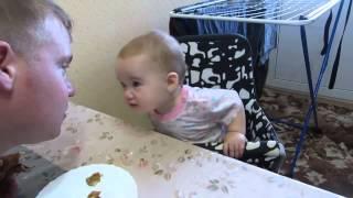 Дочь не уступает папе в напористости и строгости - это  смешное о детях