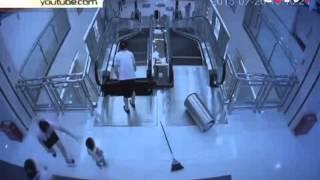 Женщину затянуло в эскалатор