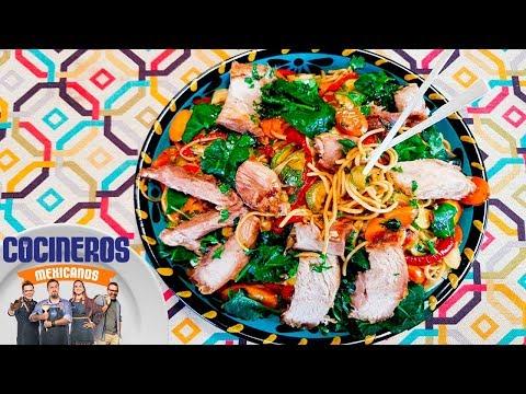 Receta: Pierna al cerdo con fideos orientales   Cocineros Mexicanos