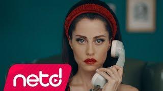 """Derya Uluğ'un, Noya Yapım etiketiyle yayınlanan """"Ah Zaman"""" isimli tekli çalışması, video klibiyle netd müzik'te.  Söz: Derya Uluğ Müzik: Asil Gök Düzenleme: Ozan Çolakoğlu Yönetmen: Derya Uluğ  netd müzik'te bu ay http://bit.ly/nd-buay Yeni Hit Şarkılar http://bit.ly/nd-hit Türkçe Pop http://bit.ly/nd-turkcepop  """"Ah Zaman"""" şarkı sözleri ile  Ah zaman  Doyurdukların olacak Doğurdukların da elbet  Peki ya Soydukların? Onları kim geri verecek  Yaşımı, günümü aldın da Gençliğimi kim geri verecek  Yüzümden gülüşümü çaldın da Bana kim kim teslim edecek  Kaderi sana bağladım da Dünümü kim değiştirecek Ah zaman Koca yalan Sana doğruyu kim gösterecek Yavaş bu hız beni öldürecek  Facebook http://bit.ly/nd-f Twitter http://bit.ly/nd-tw Instagram http://bit.ly/nd-ins YouTube http://bit.ly/nd-yt"""