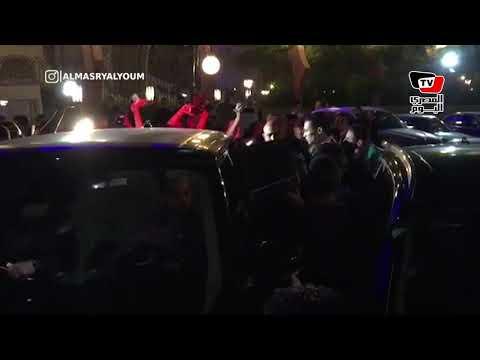 تزاحم وتدافع على تامر حسني لحظة خروجه من عزاء هيثم أحمد زكي