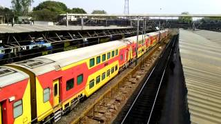 preview picture of video '12931 Mumbai Central - Ahmedabad AC Double Decker express arrives at Borivali.'