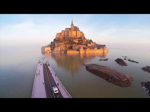 Le Mont St Michel redevient une île .