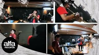 Gambar cover Pee Wee Gaskins feat Erwin Saz - Aku Bukan Musuhmu (Official Music Video)