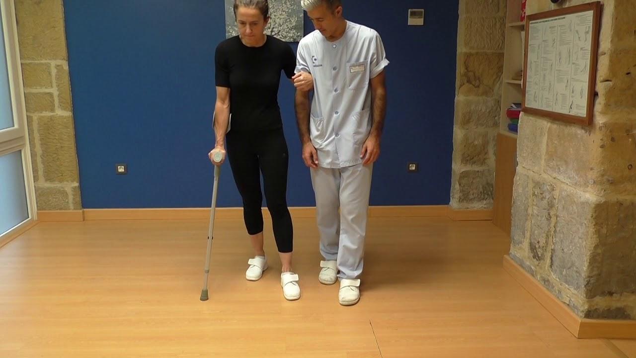 Vídeo sobre Escuela de cadera. Caminar, una muleta con ayuda.