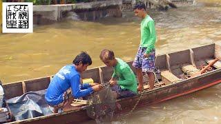 曼谷湄南河上靠打捞物品卖钱为生的潜水员们