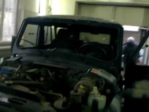 Wie das Benzin aus dem Tank des Autos zusammenzuziehen
