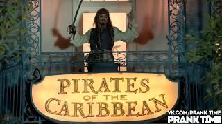 Джонни Депп на аттракционе Пираты Карибского Моря в Диснейленде