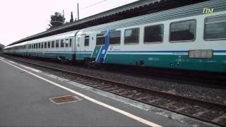 preview picture of video 'Stazione di Follonica, treni in transito (IC518 e R6694) il 29/04/14'