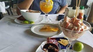 Comiendo coctel de conchas y ceviche de camaron en Acajutla Sonsonate El Salvador svl