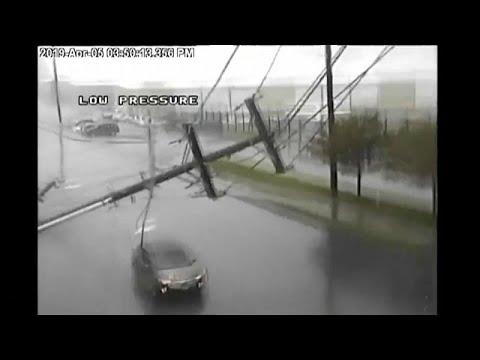 العرب اليوم - شاهد: سيارة تنجو بأعجوبة من عمود إنارة سقط بفعل عاصفة في أميركا
