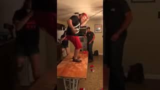 Пьяный парень упал со стола - Видео онлайн