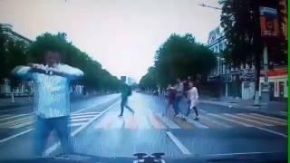 Воронеж  Пешеход бегает и фоткает авто на дороге