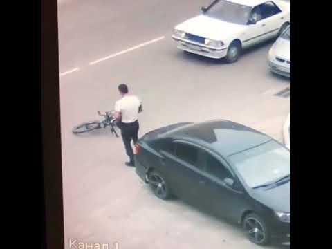 Пьяный велосипедист протаранил припаркованный автомобиль в Благовещенске