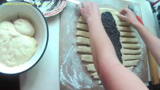 Плетенка из теста.   Braid the dough.