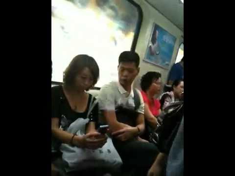 猥褻男偷瞄低胸女乘客
