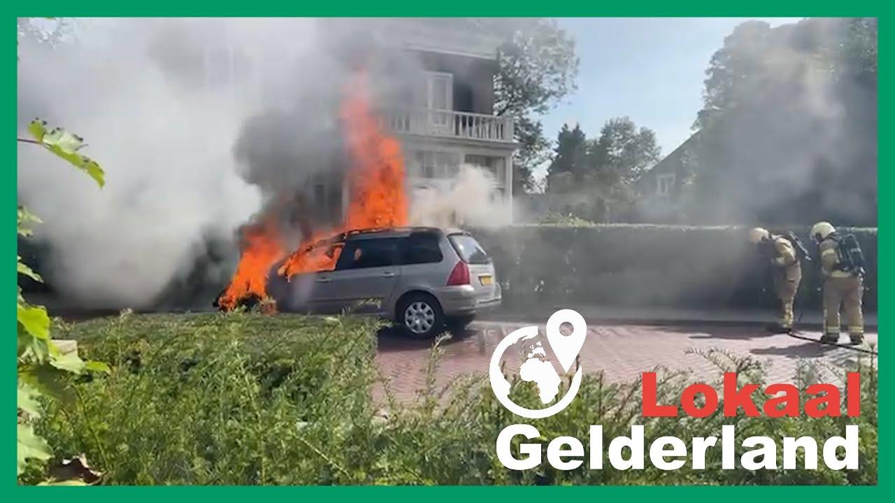 Flinke autobrand in centrum Brummen