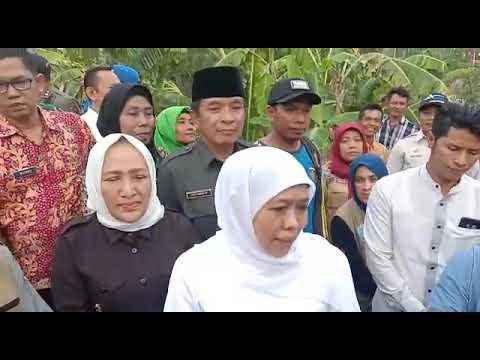 Gubernur Jatim meninjau salah satu korban yang terdampak angin puting beliung di Kab Bojonegoro