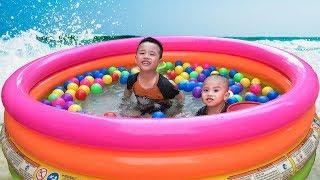 Trò Chơi Bắt Cá Và Tắm Bóng Màu Sắc Trong Bể Bơi ❤ Min Min TV ❤