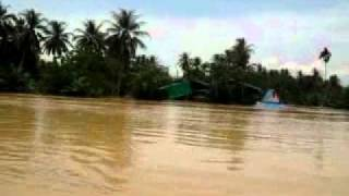 preview picture of video 'Flood in Surat Thani - Boattrip from Surat Thani to Phun Phin on the Tapi River 1of5 - 03.04.2011'