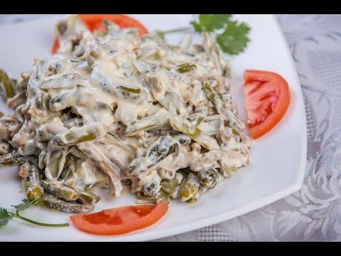 Салат по деревенски с курицей. Салат с курицей и яйцом. Салат с курицей и солеными огурцами.