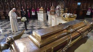 Papa reza diante das relíquias dos santos peruanos
