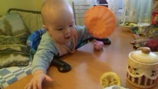 Веселый малыш ест лимон, приколы с детьми, детский смех