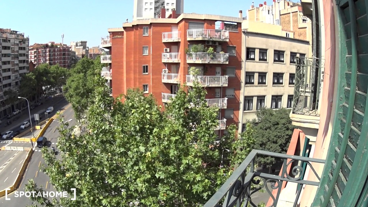 Rooms for rent in 4-bedroom apartment with balcony in Eixample Dreta
