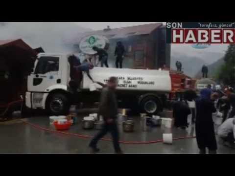 (TRABZON - 2) Restorandaki yangına müdahale ederken suyu biten tankeri imece usulü kovalarla doldurd