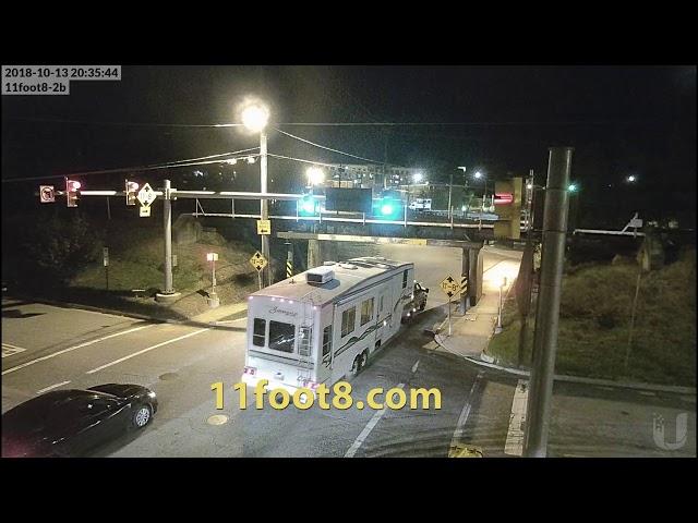 """سائق """"كارفان"""" يتجاهل ارتفاع جسر ويتسبب في تهشم جهاز تكييف المركبة أثناء عبوره"""