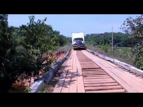 Caminhão tenta passar na ponte de madeira e quebra no meio da travessia