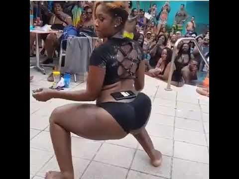 Huyu ndo mshindi wa kucheza chura akiwa na simu kwenye wowowo