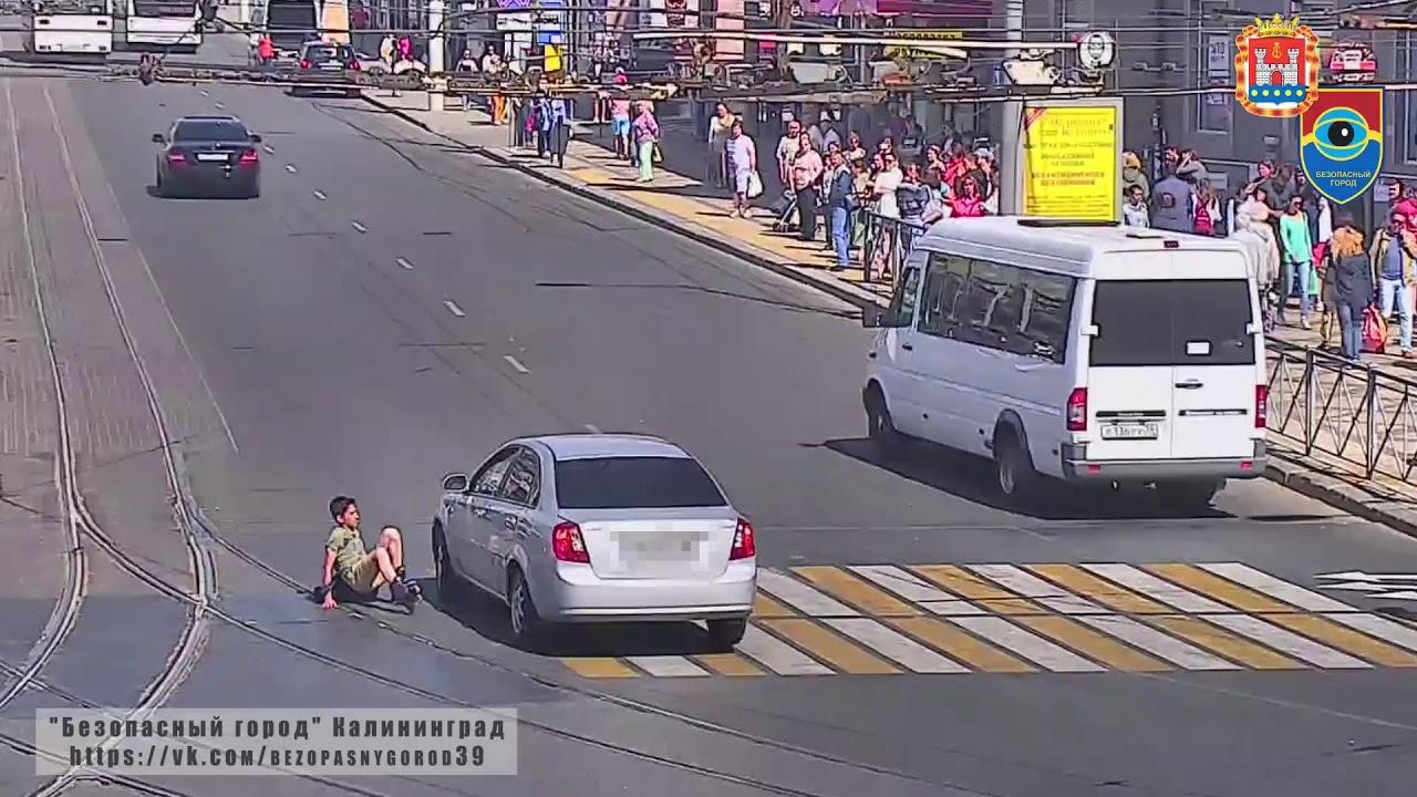 Подросток на роликах врезался в автомобиль