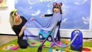 Пылесос ИСПУГАЛ маму!  Додо и мама играют в прятки с волшебным плащом. Видео для детей .