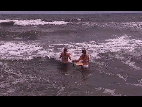 VIDÉO. Haute-Corse : en pleine alerte orange, elles se baignent à la plage