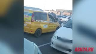 Перевозчики угрожают таксисту возле аэропорта