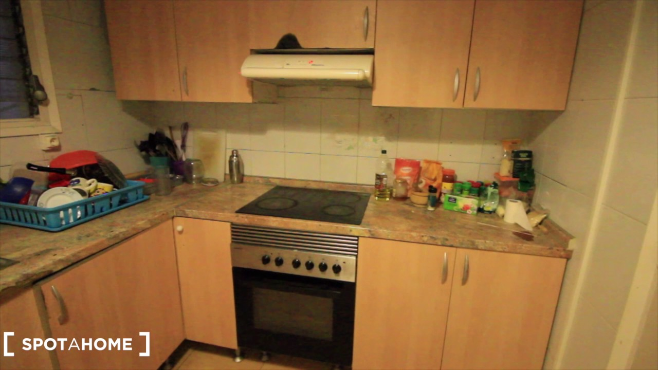 Room for rent in 6-bedroom apartment with balcony in Sants