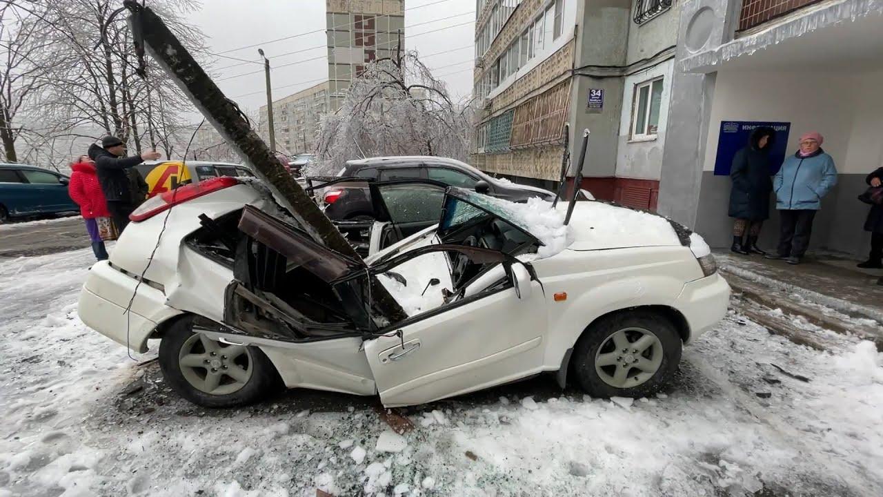 Βλαδιβοστόκ: Πλάκα σπάει από το βάρος πάγου και συτντρίβει αυτοκίνητο
