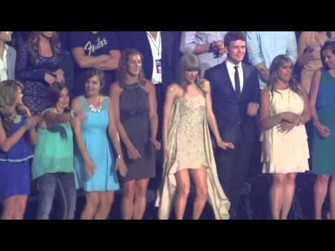 """رقص تايلور سويفت المضحك في حفل جوائز """"CMT"""""""