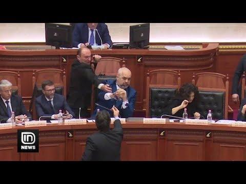 Επίθεση με μελάνι στον Έντι Ράμα μέσα στο αλβανικό κοινοβούλιο (βίντεο)