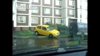 Смотреть онлайн Блондинка пытается припарковать машину