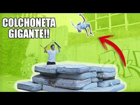 HACIENDO TRUCOS EN UNA COLCHONETA GIGANTE CASERA!!