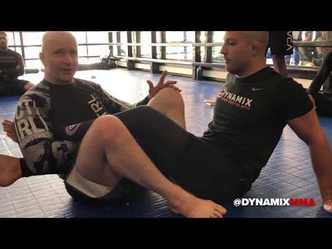 John Danaher enseigne une clé de jambe lors d'un stage