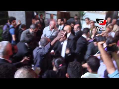 إغماء وسقوط شقيق الفنان سامى العدل والحضور يحملونه